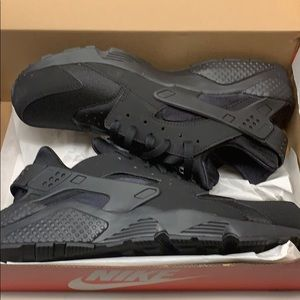 Brand new, size 12, Nike huaraches in black